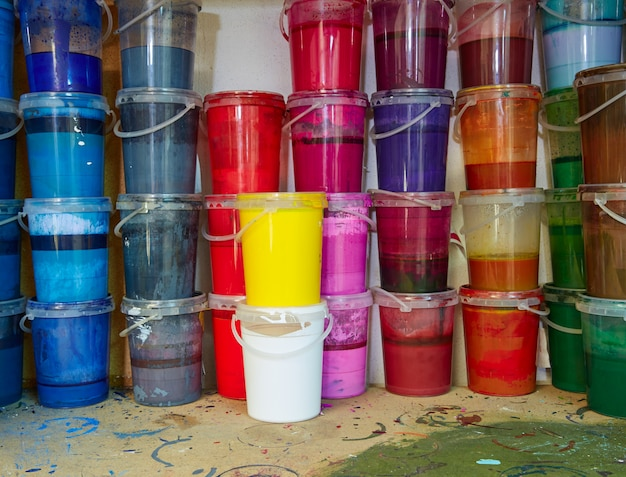 Garrafas de tinta colorida tinta em uma fileira empilhada