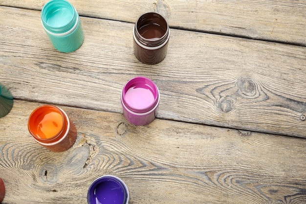Garrafas de tinta em madeira rústica