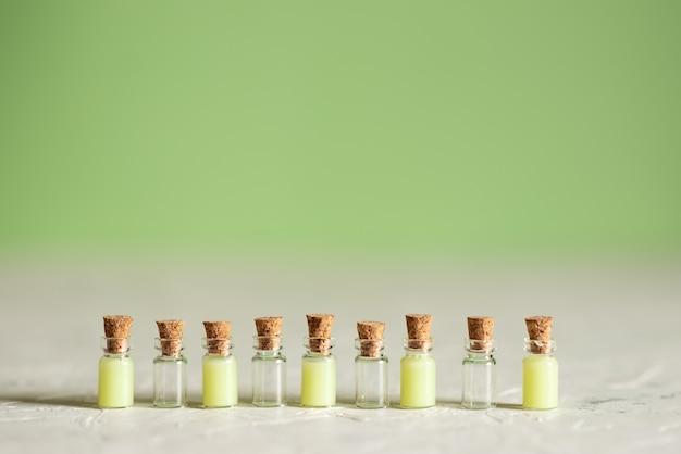 Garrafas de vidro com sabonete líquido e outros cosméticos para spa