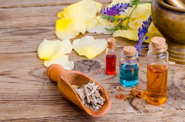 Garrafas de vidro de óleo essencial de aroma na madeira, imagem para medicina de terapia alternativa