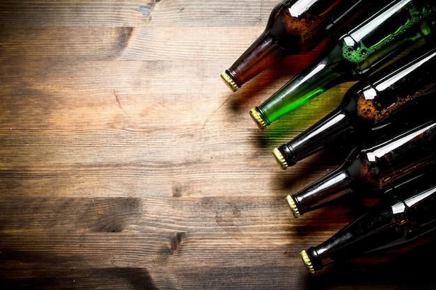 Garrafas de vidro fechadas com cerveja. na superfície de madeira