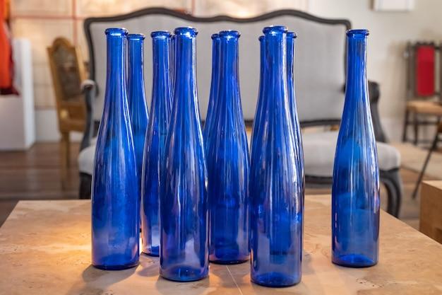 Garrafas de vidro na mesa de madeira com fundo fora do foco