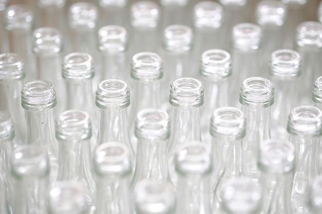 Garrafas de vidro vazias na fábrica.