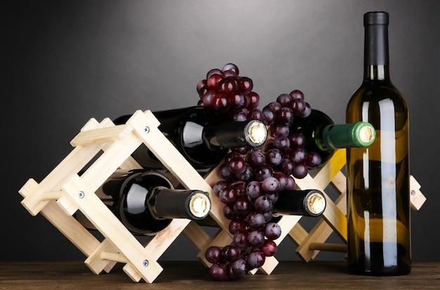 Garrafas de vinho colocadas em suporte de madeira