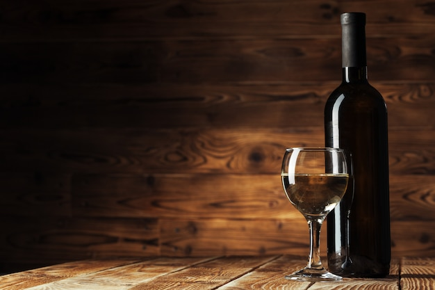 Garrafas de vinho com vidro, fundo de madeira