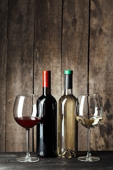 Garrafas de vinho com vidro, parede de madeira