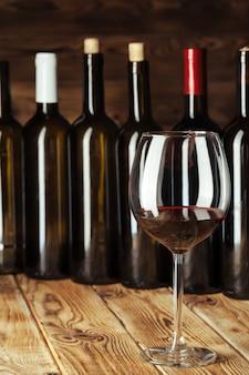 Garrafas de vinho com vidro