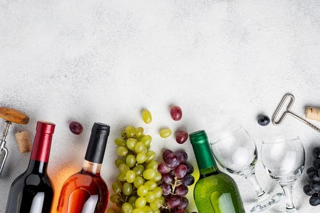 Garrafas de vinho de cópia espaço alinhadas na mesa