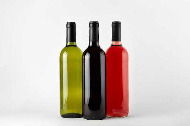 Garrafas de vinho de diferentes tipos isoladas em um fundo branco