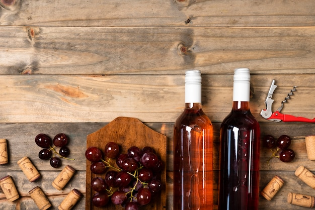 Garrafas de vinho de vista superior com fundo de madeira
