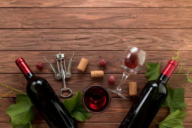 Garrafas de vinho de vista superior em fundo de madeira