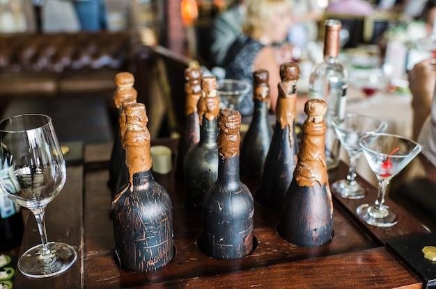 Garrafas de vinho decorativas, vintage, interior do restaurante