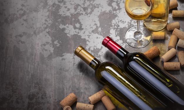 Garrafas de vinho e vidro na mesa com espaço de cópia, plano de fundo