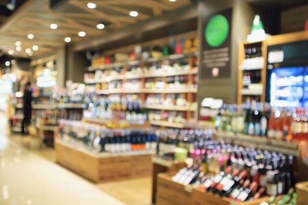 Garrafas de vinho em loja de bebidas