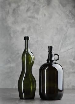 Garrafas de vinho em um fundo de concreto. espaço livre para inscrição. conceito de fitness.