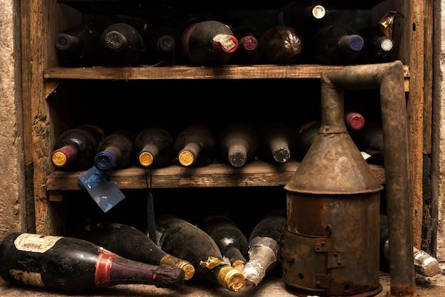 Garrafas de vinho empoeiradas