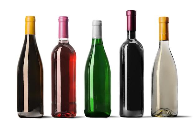 Garrafas de vinho enfileiradas isoladas no fundo branco