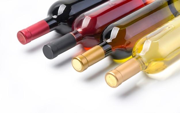 Garrafas de vinho isoladas em branco com traçado de recorte