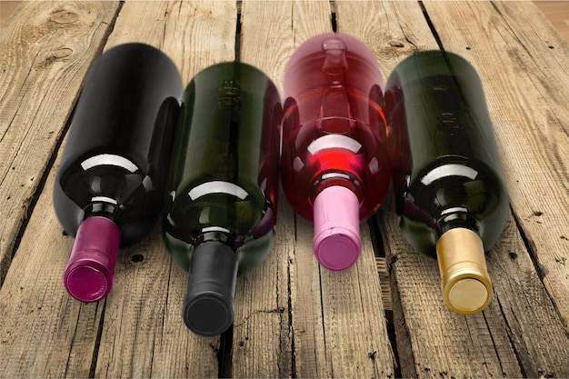 Garrafas de vinho isoladas no fundo