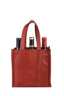 Garrafas de vinho no saco isolado no branco