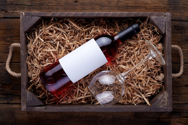 Garrafas de vinho rosé embaladas em caixa de madeira aberta