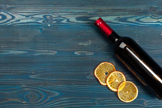 Garrafas de vinho sobre fundo de madeira, close-up