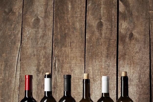 Garrafas de vinho sobre fundo de madeira
