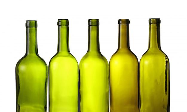 Garrafas de vinho vazias de vidro verde isoladas no branco