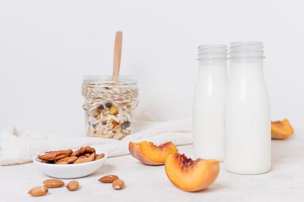 Garrafas de vista frontal de leite em cima da mesa
