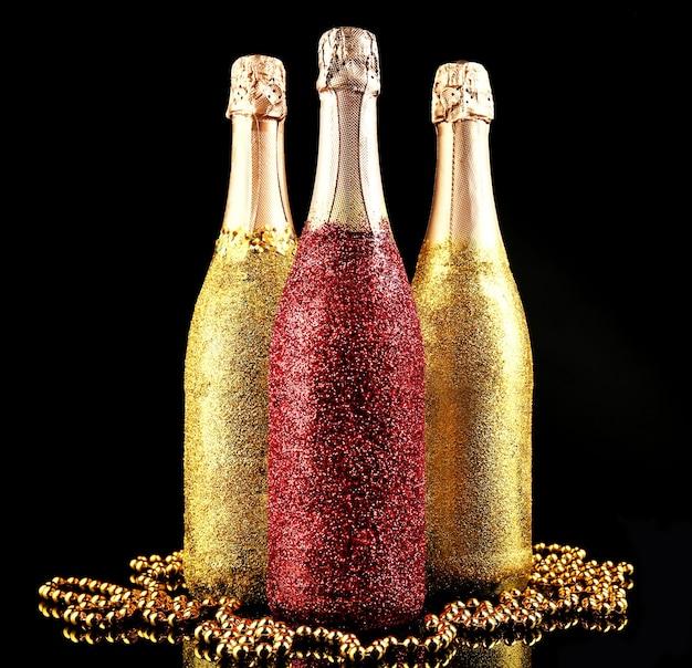 Garrafas decorativas de champanhe em fundo escuro