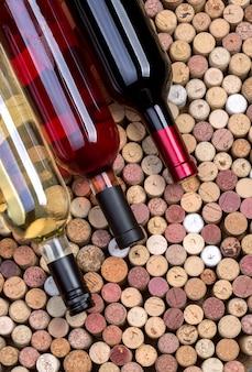 Garrafas e rolhas de vinho