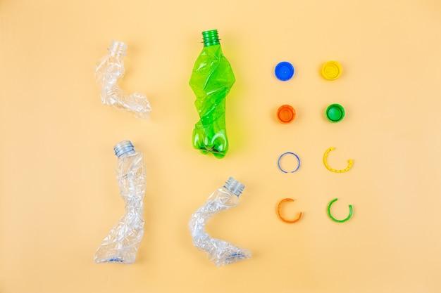 Garrafas e tampas plásticas amassadas prontas para reciclagem.