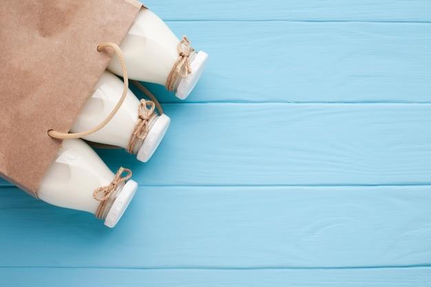 Garrafas frescas de leite em saco de papel