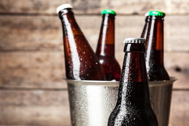 Garrafas frias de cerveja no balde