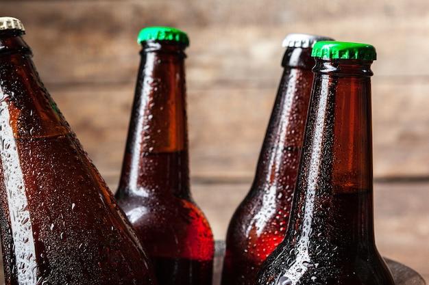 Garrafas geladas de cerveja no balde