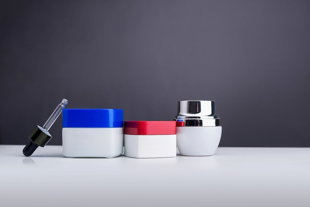 Garrafas para produtos cosméticos e de beleza isolados em cinza