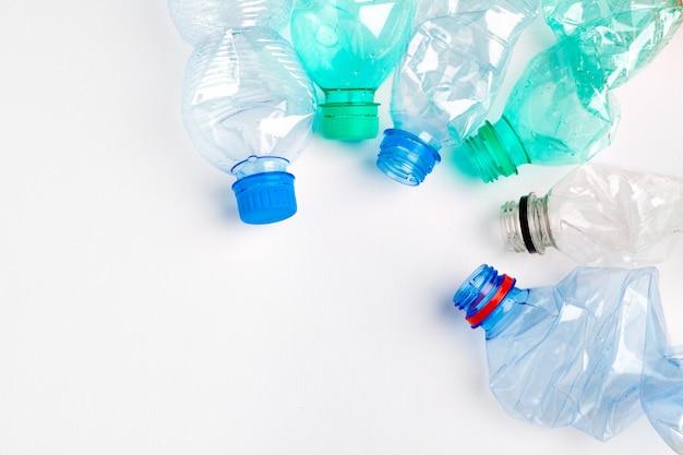 Garrafas plásticas coloridas vazias são resíduos recicláveis
