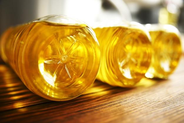 Garrafas plásticas com óleo de girassol em madeira