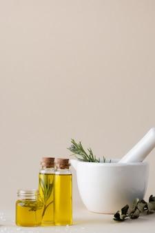 Garrafas plásticas de close-up com óleo e alecrim