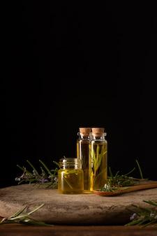 Garrafas plásticas de close-up com óleo medicinal