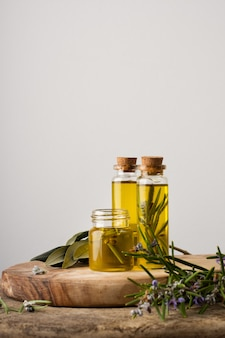Garrafas plásticas de close-up com óleo orgânico