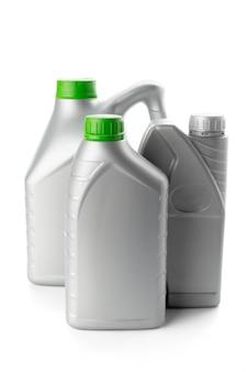 Garrafas plásticas de óleos automotivos isolados no branco