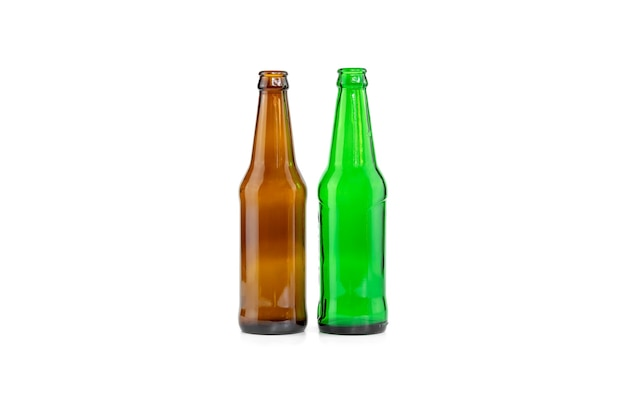 Garrafas vazias de cerveja marrom e verde isoladas