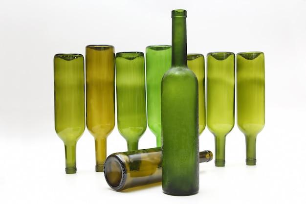 Garrafas vazias de vinho isoladas