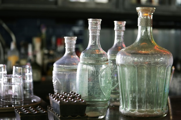 Garrafas vintage no bar do balcão