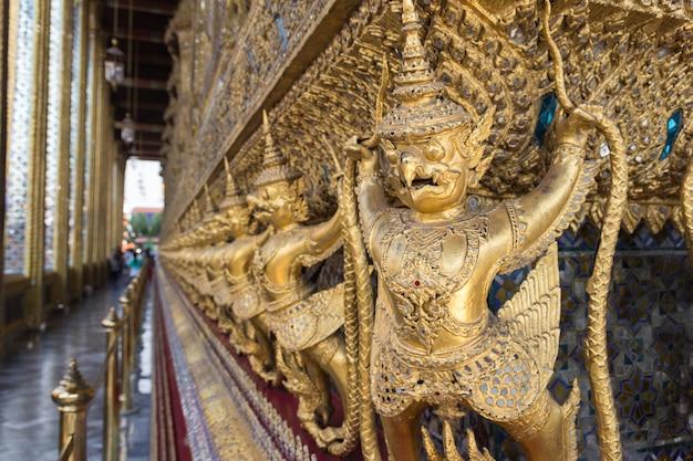 Garuda de wat phra kaew na noite de bangkok