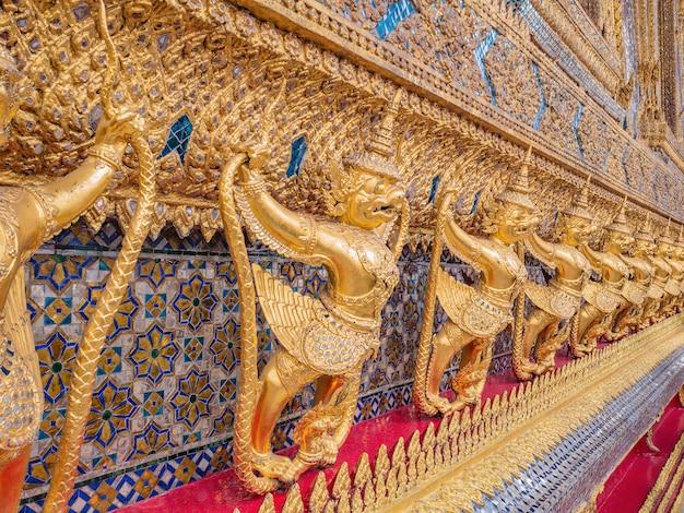 Garuda dourado no templo de wat phrakaew bangkok tailândia