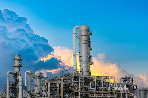Gás de usina ou óleo para a indústria no crepúsculo