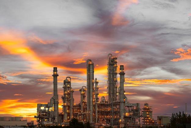 Gás de usina ou óleo para indústria no crepúsculo