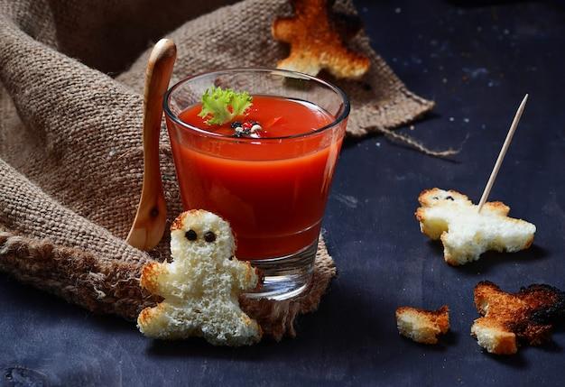Gaspacho de dia das bruxas e croutons que parecem vodu
